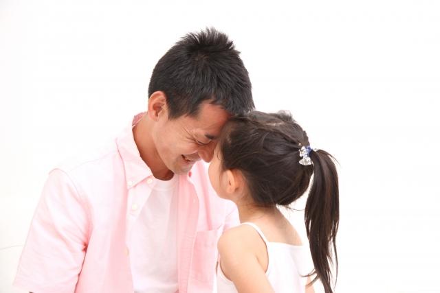 お父さんにピアノを教える子供