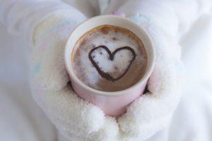 ピアノを弾く前に暖かい飲み物を飲む